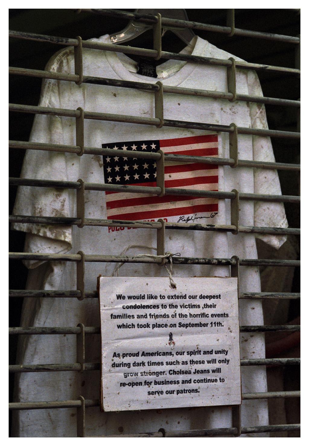 11 septembre 2001, t-shirt décoré du drapeau américain derrière la grille d'un magasin fermé